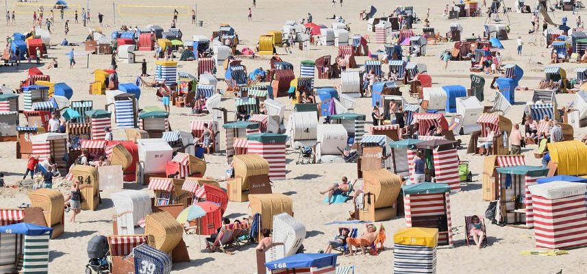 tłum ludzi na plaży