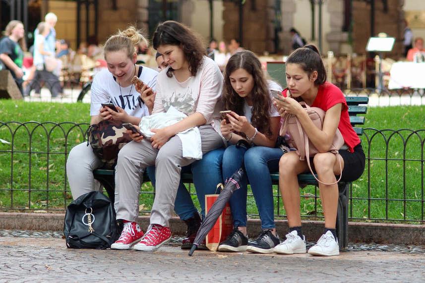 nastolatki z telefonami w rękach