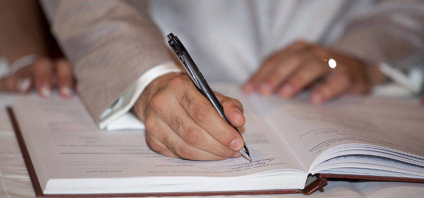 człowiek zapisujący coś w kalendarzu