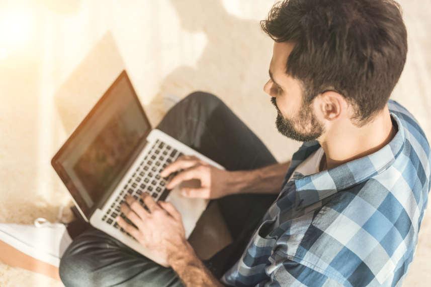 mężczyzna szukający pożyczki w internecie