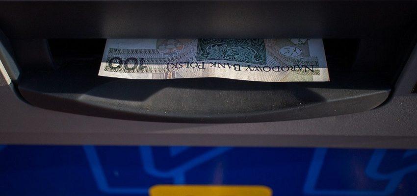 Bankomat i banknot 100 zł