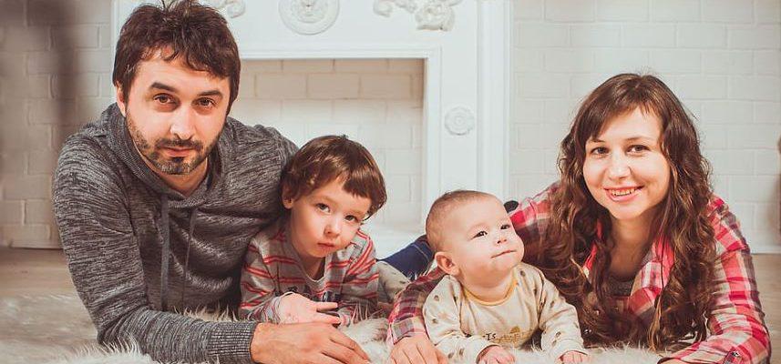 rodzina razem z dziećmi