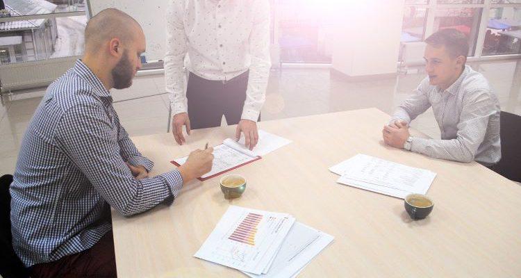 ludzie podpisujący umowę